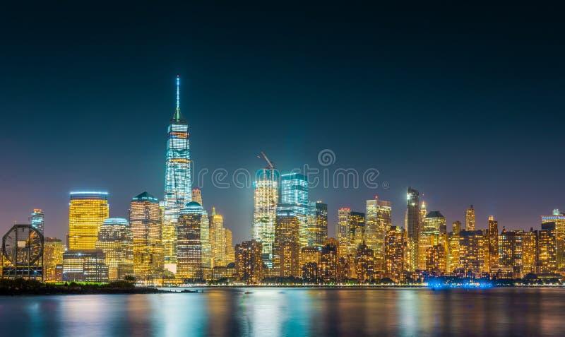 Esposizione lunga dell'orizzonte di New York con il cielo blu scuro fotografia stock