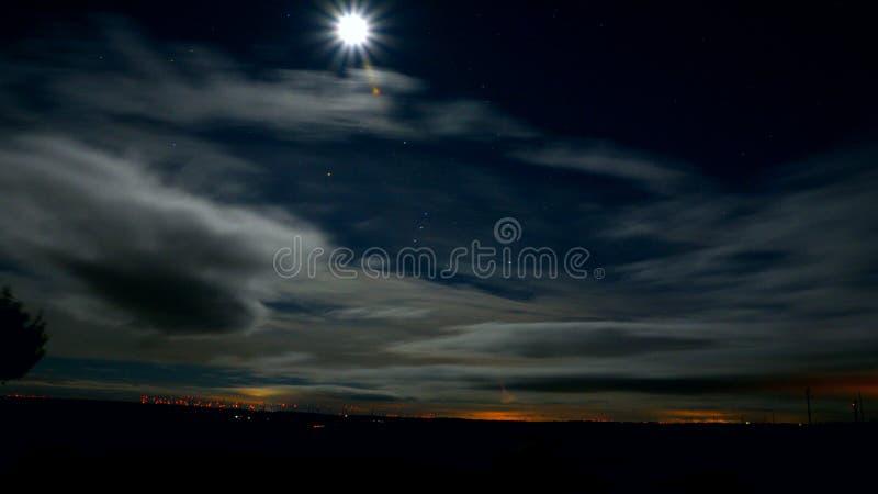 esposizione lunga della luce di cielo della nuvola della luna fotografia stock libera da diritti
