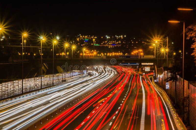 Esposizione lunga delle automobili nella notte fotografia stock