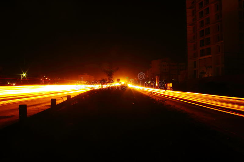 Esposizione lunga delle luci del traffico cittadino fotografie stock