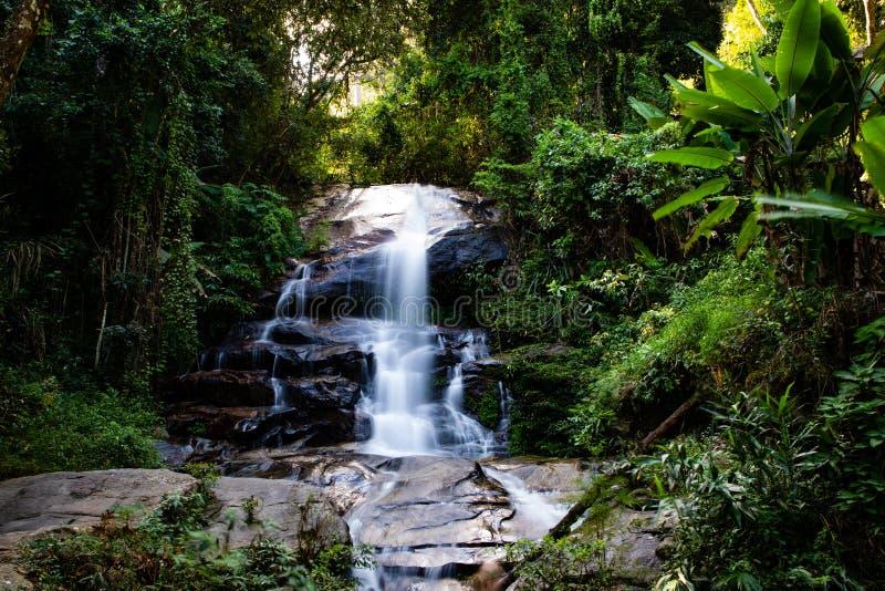 Esposizione lunga di Montha che cascata nella giungla di Chiang Mai Thailand immagini stock libere da diritti