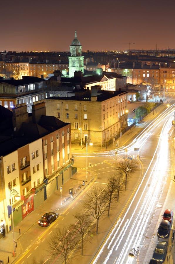 Esposizione lunga di Parnell Street Rooftop View alla notte a Dublino, Irlanda fotografia stock libera da diritti