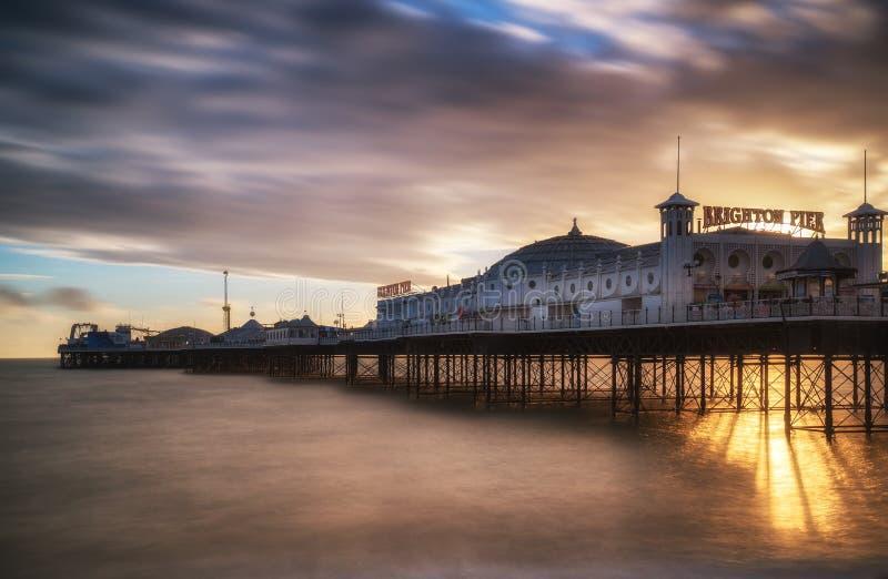 Esposizione lunga di tramonto di inverno sopra il pilastro di Brighton. fotografia stock libera da diritti