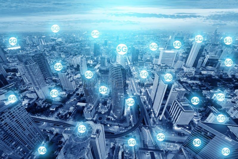 esposizione multipla delle icone 5G sul grande progetto per il futuro di tecnologia del collegamento dell'orizzonte della città fotografia stock