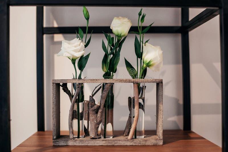 Esposizione squisita delle rose bianche del negozio di fiore fotografia stock libera da diritti