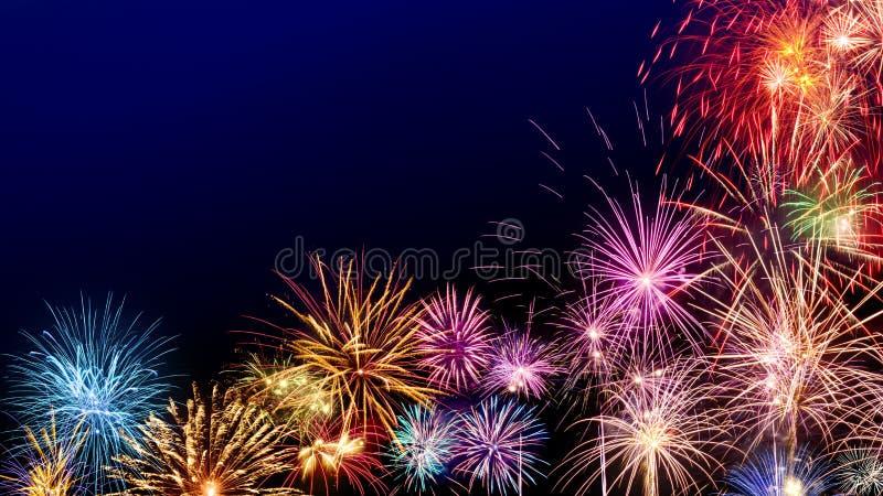 Esposizione variopinta dei fuochi d'artificio su blu scuro immagine stock libera da diritti