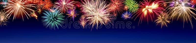 Esposizione variopinta dei fuochi d'artificio sul blu fotografia stock libera da diritti