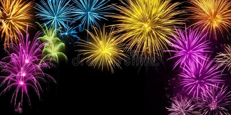 Esposizione variopinta dei fuochi d'artificio sul nero immagini stock libere da diritti