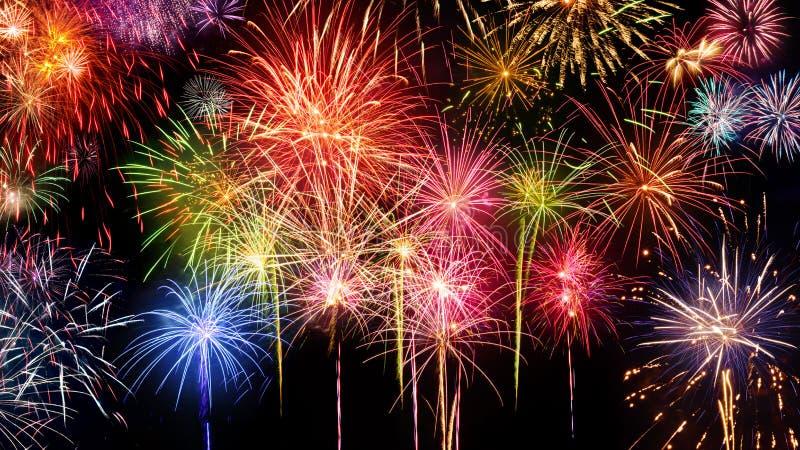 Esposizione viva dei fuochi d'artificio sul nero immagine stock libera da diritti