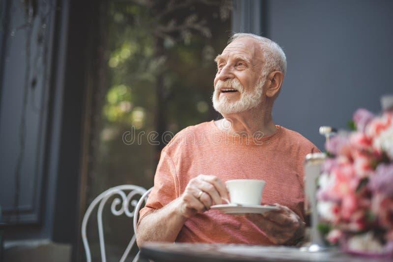 Esposo de espera alegre do homem superior no café foto de stock royalty free
