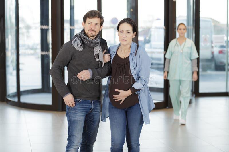Esposo y mujer embarazada sujetando el vientre imágenes de archivo libres de regalías