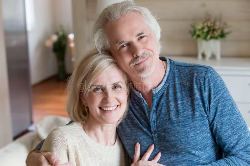 Esposos envelhecidos atrativos felizes do retrato principal do tiro em casa imagens de stock royalty free