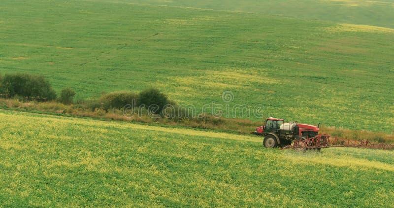 Espray Autumn Crop Field del tractor de granja Foto aérea fotos de archivo