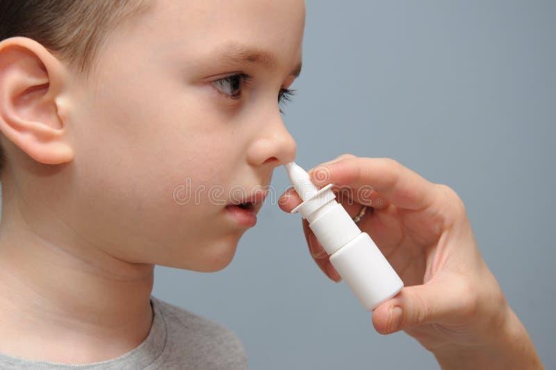 Espray de nariz para los niños fotos de archivo libres de regalías
