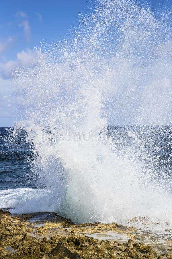 Espray del agujero del soplo enorme de las islas de Grand Cayman foto de archivo