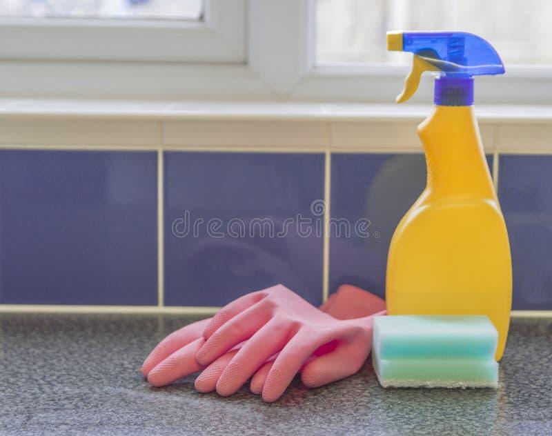Espray del amarillo de los productos de limpieza imagen de archivo