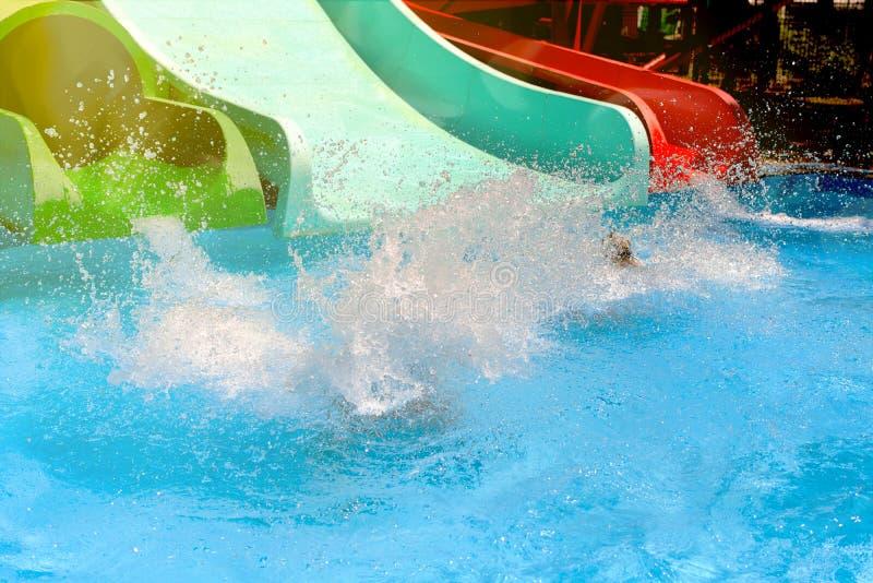 Espray del bebé en la piscina de agua del verano fotos de archivo