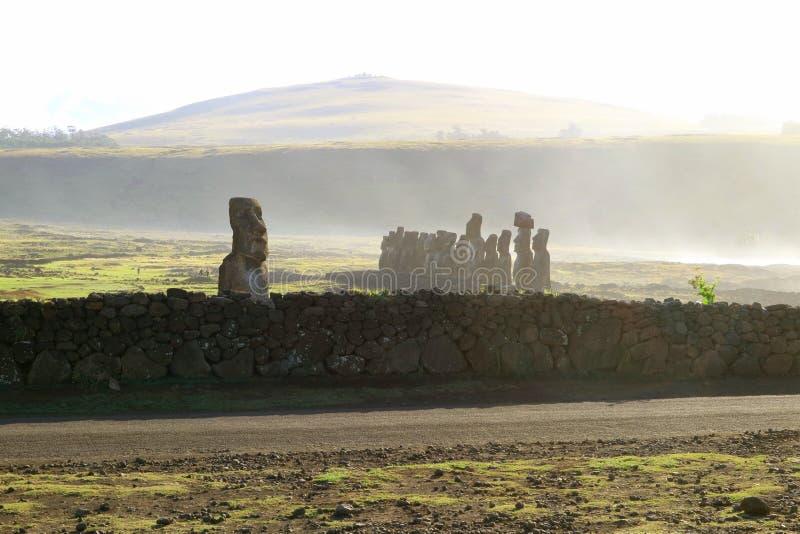 Espray del Océano Pacífico que sopla sobre Ahu Tongariki, sitio arqueológico en la isla de pascua, Chile fotografía de archivo libre de regalías