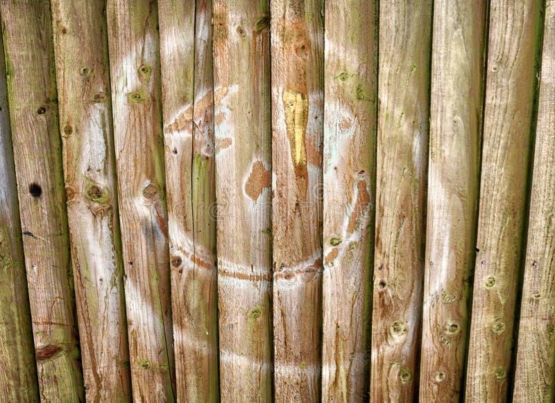 Espray sonriente de la cara pintado en los tableros de madera fotos de archivo libres de regalías