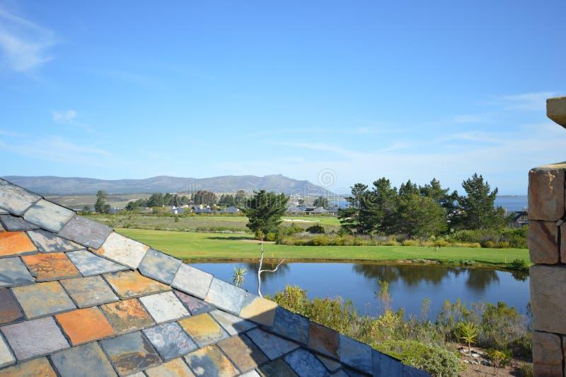 Espreitar sobre um telhado em uma propriedade do golfe foto de stock royalty free