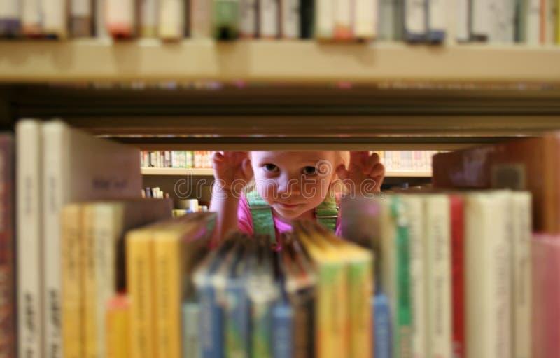 Download Espreite um livro foto de stock. Imagem de livros, crianças - 162528