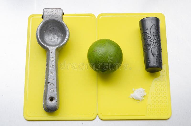 Espremedor de frutas, lim?o, sal e vidro de tiro do tequila