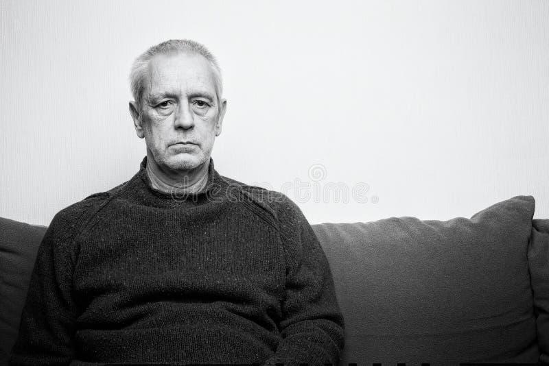 Espressione adulta triste e depressa dell'uomo fotografia stock