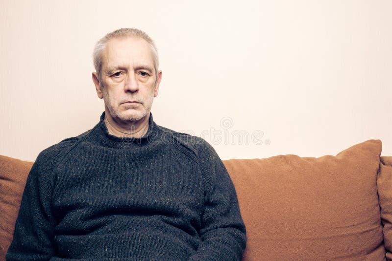 Espressione adulta triste e depressa dell'uomo fotografie stock
