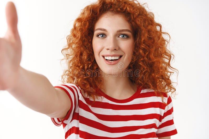 Espressione delle emozioni positive Mano uscente attraente della macchina fotografica di tocco della donna dei capelli ricci degl immagini stock