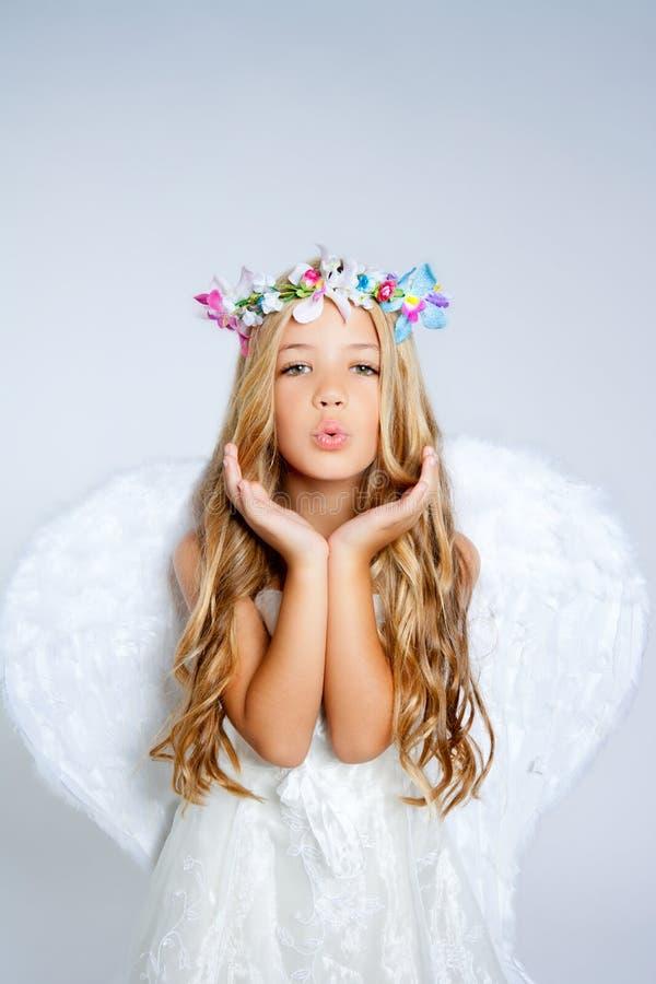 Espressione di salto della bambina di angelo immagine stock