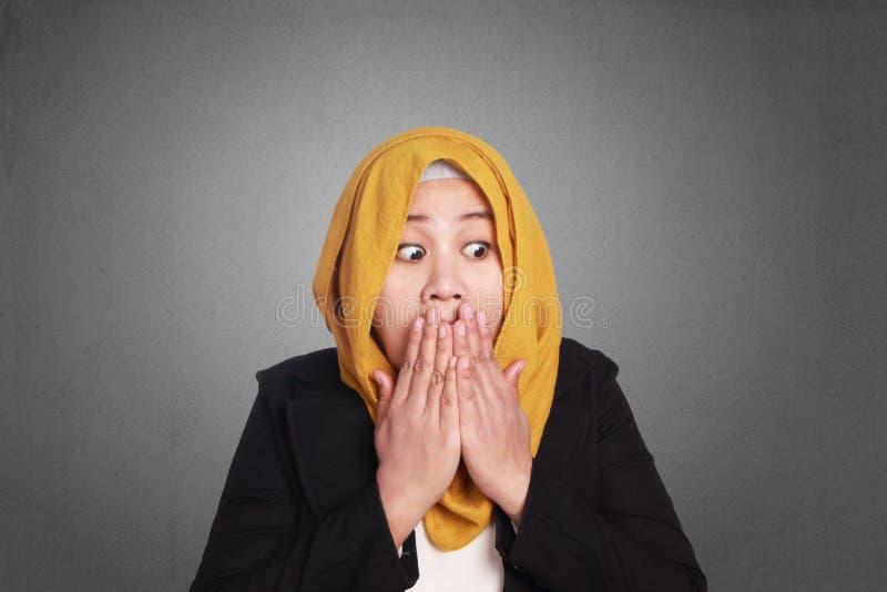 Espressione musulmana di Covering Mouth Shock della donna di affari fotografie stock libere da diritti