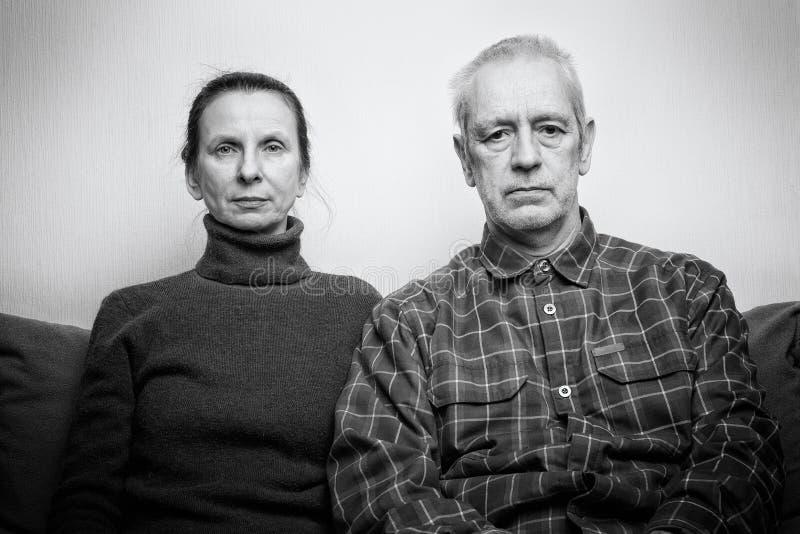 Espressione triste e depressa dell'uomo e della donna adulta fotografia stock