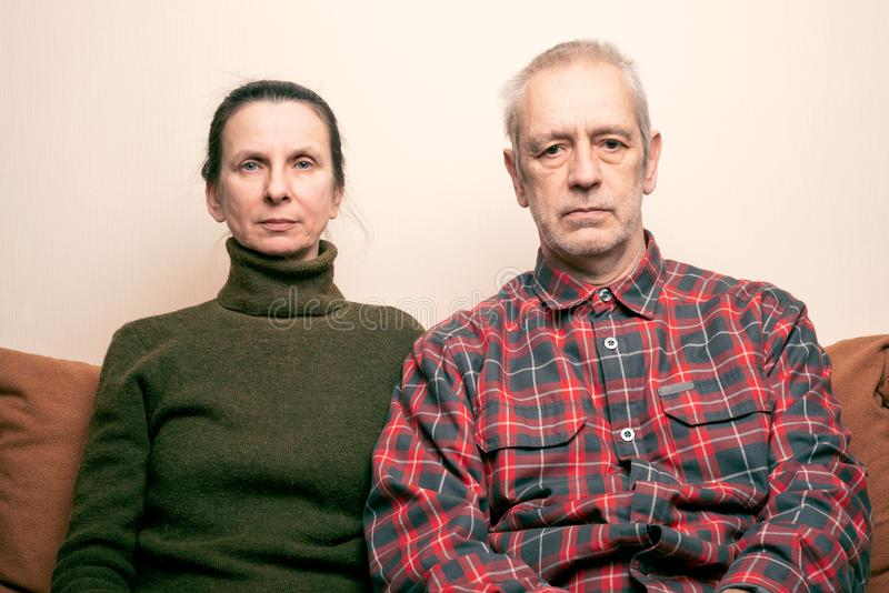 Espressione triste e depressa dell'uomo e della donna adulta immagine stock