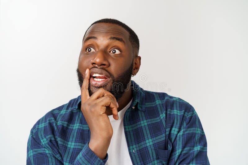 Espressioni, emozioni e sensibilit? del viso umano Giovane uomo afroamericano bello che cerca con premuroso e fotografia stock