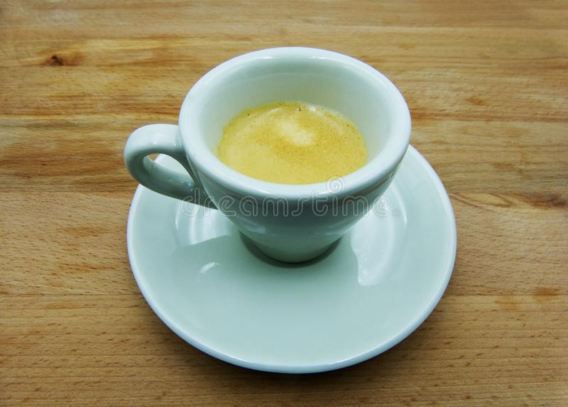 Espresso, παραδοσιακός ιταλικός καφές στο άσπρο κεραμικό φλυτζάνι με το πιατάκι στοκ εικόνες