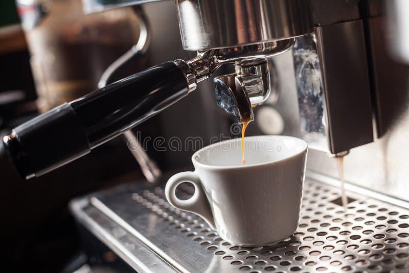Espresso που κατασκευάζει τη μηχανή στοκ φωτογραφία