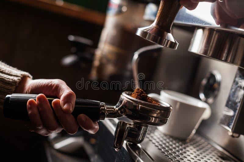 Espresso που κατασκευάζει τη μηχανή στοκ εικόνες με δικαίωμα ελεύθερης χρήσης