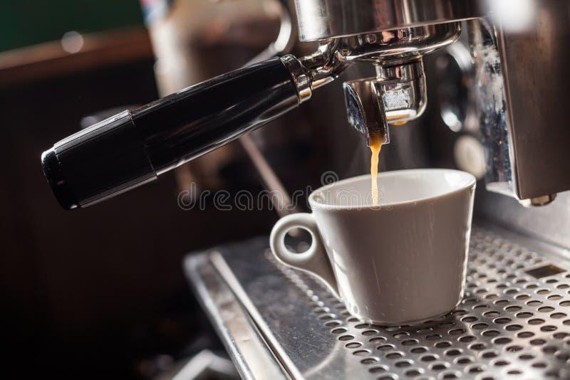 Espresso που κατασκευάζει τη μηχανή στοκ φωτογραφίες