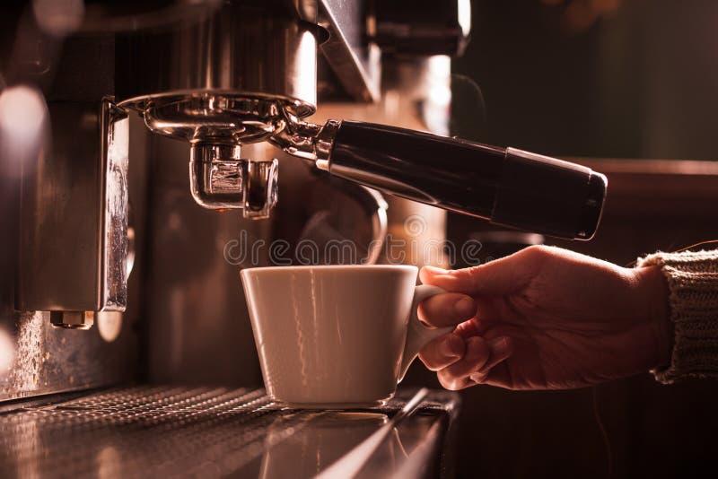 Espresso που κατασκευάζει τη μηχανή στοκ εικόνα