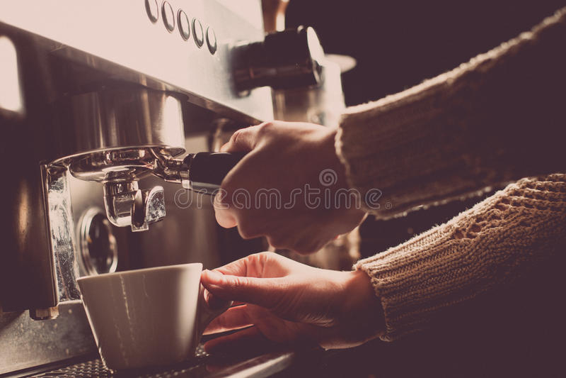 Espresso που κατασκευάζει τη μηχανή στοκ εικόνες