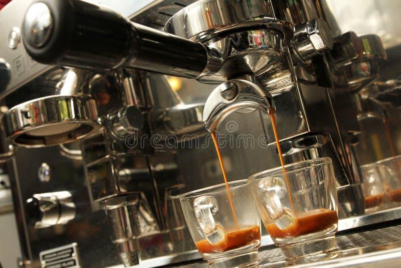 Espresso, der aus Kaffeemaschine - Reihe 3 vorbereitet wird lizenzfreie stockfotos