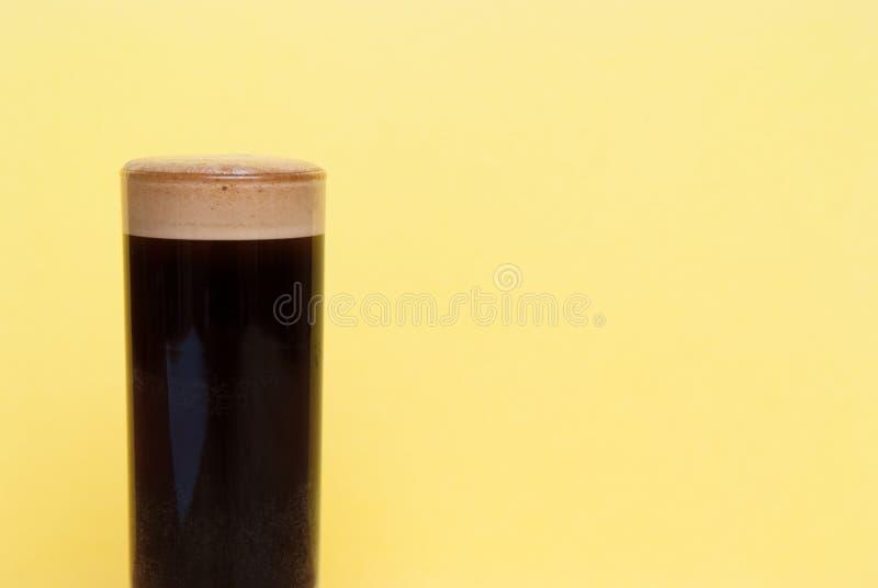 espresso dubbel van espresso in een lang koffieglas wordt geschoten op brig die royalty-vrije stock afbeelding