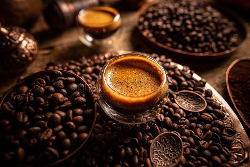 Espresso e grãos de café fotografia de stock royalty free