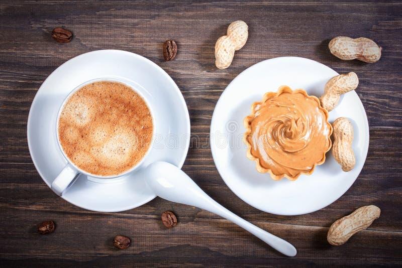 Espresso in een ceramische kom, mandwafel met pinda maar stock foto