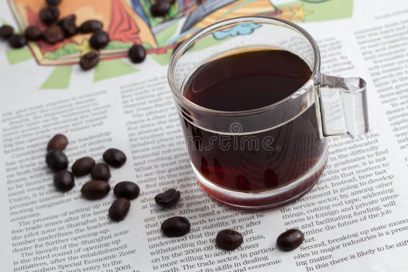 Espresso einer geschossen auf NACHRICHTEN-Papier lizenzfreie stockfotografie