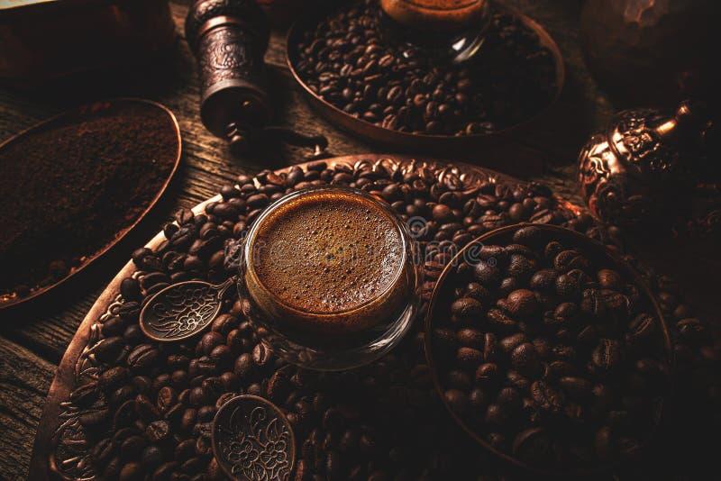 Espresso em uma xícara de vidro de lado duplo imagens de stock