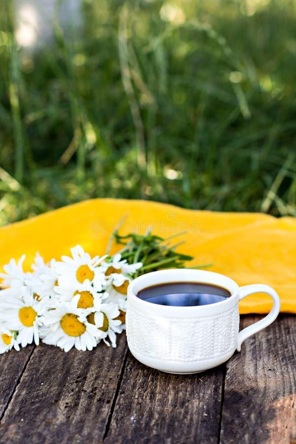 Espresso en de zomerbloemen royalty-vrije stock afbeeldingen