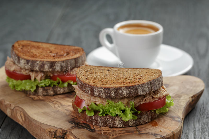Espresso en sandwiches met tonijn voor ontbijt of royalty-vrije stock afbeelding