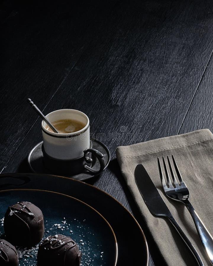 Espresso en Veganistchocolade in een Donker Milieu stock foto
