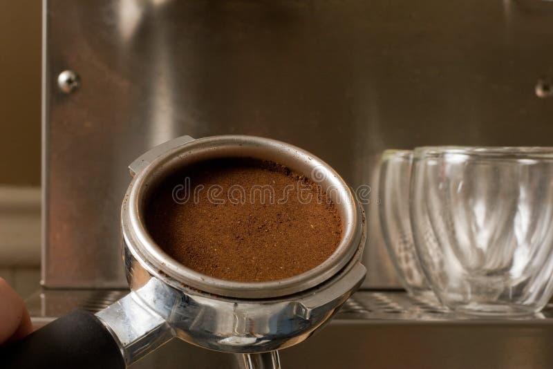 Espresso-Filter mit Kaffee stockbilder
